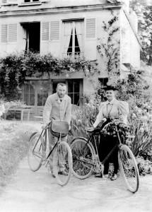 Pierre et Marie Curie devant leur maison de Sceaux en 1895 /photo Boyer-Viollet /sc